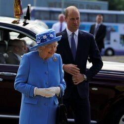 La Reina Isabel y el Príncipe Guillermo en una fábrica de Irn-Bru en Escocia