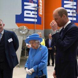 El Príncipe Guillermo bebe Irn-Bru en su visita a Escocia junto a la Reina Isabel