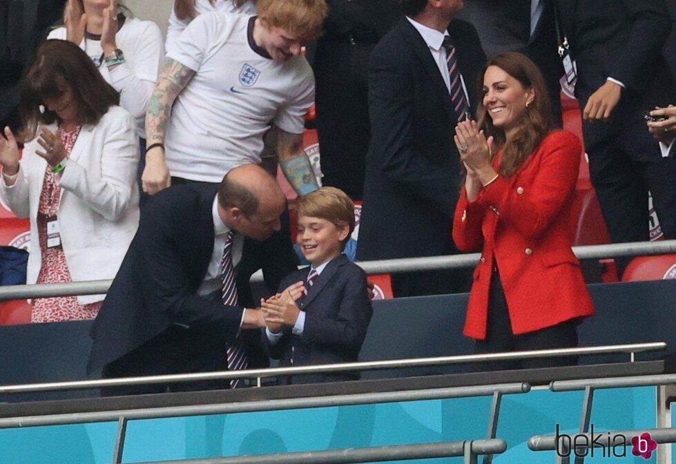 El Príncipe Guillermo y el Príncipe Jorge de confidencias en el partido de la Eurocopa 2020 entre Inglaterra y Alemania