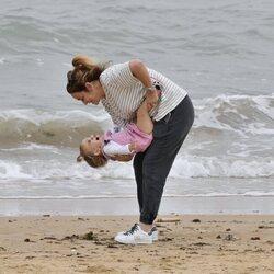 Toñi Moreno se divierte con su hija Lola en la playa