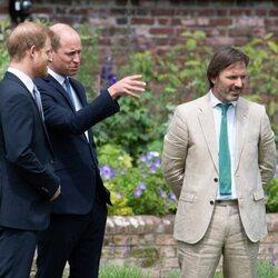 El Príncipe Guillermo y el Príncipe Harry hablando en presencia de Pip Morrison en la inauguración de la estatua de Lady Di en Kensington Palace