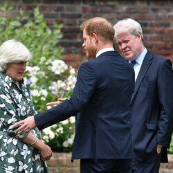El Príncipe Harry con sus tíos Lady Jane Fellowes y el Conde Spencer en la inauguración de la estatua de Lady Di