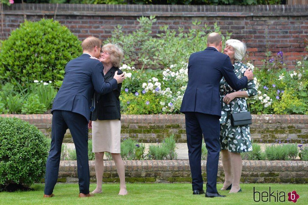 Los Príncipes Guillermo y Harry con sus tías Lady Sarah y Lady Jane en la inauguración de la estatua de Lady Di