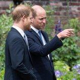 El Príncipe Guillermo habla con el Príncipe Harry en la inauguración de la estatua de Lady Di