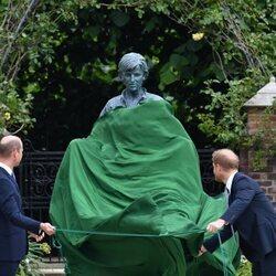 Los Príncipes Guillermo y Harry descubren la estatua de Lady Di en Kensington Palace