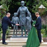 El Príncipe Guillermo y el Príncipe Harry tras descubrir la estatua de Lady Di en Kensington Palace