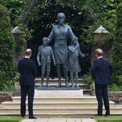 El Príncipe Guillermo y el Príncipe Harry ante la estatua de Lady Di en su inauguración