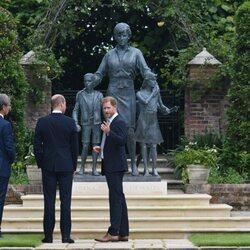 Los Príncipes Guillermo y Harry con el autor de la estatua de Lady Di en la inauguración de la estatua de Lady Di