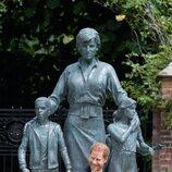 El Príncipe Harry ante la estatua de Lady Di en Kensington Palace