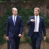El Príncipe Guillermo y el Príncipe Harry durante la inauguración de la estatua de Lady Di en Kensington Palace