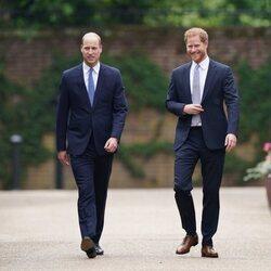 Los Príncipes Guillermo y Harry en la inauguración de la estatua de Lady Di en Kensington Palace