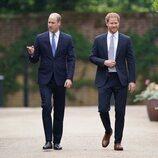 Los Príncipes Guillermo y Harry en la ceremonia de inauguración de la estatua de Lady Di