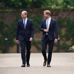El Príncipe Guillermo y el Príncipe Harry en su reencuentro en la inauguración de la estatua de Lady Di en Kensington Palace