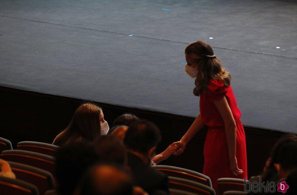 La Infanta Sofía tiene un gesto cariñoso con la Princesa Leonor en los Premios Princesa de Girona 2020 y 2021
