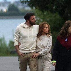 Ben Affleck y Jennifer Lopez paseando por Los Hamptons