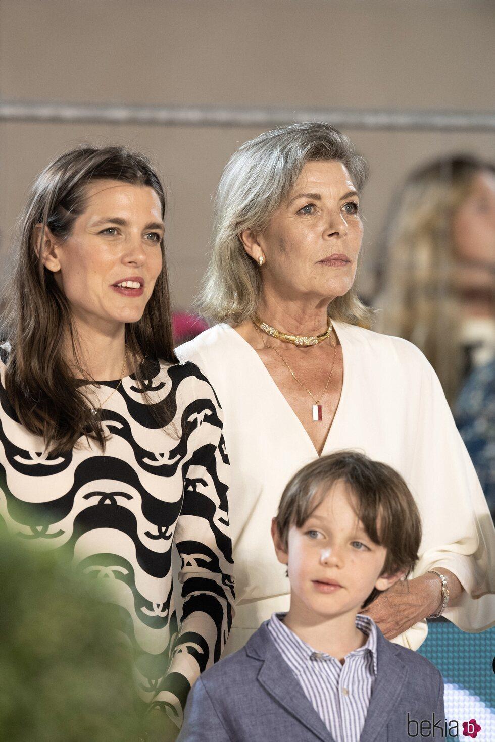 Carolina de Mónaco con su hija Carlota Casiraghi y su nieto Raphaël Elmaleh en el Concurso de Saltos de Monte-Carlo 2021