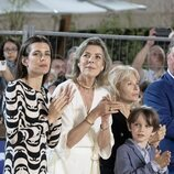 Carolina de Mónaco, Carlota Casiraghi y Raphaël Elmaleh aplaudiendo en el Concurso de Saltos de Monte-Carlo 2021