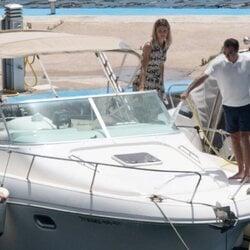 Enrique Ponce y Ana Soria en un barco en el puerto de Almería