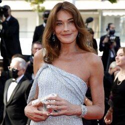 Carla Bruni en la alfombra roja del Festival de Cannes 2021