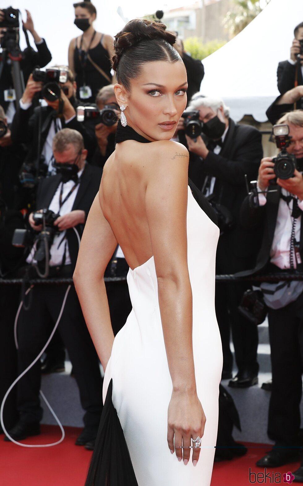 Bella Hadid posando en la alfombra roja del Festival de Cannes 2021