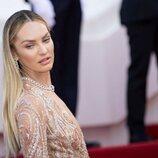 Candice Swanepoel posando en la alfombra roja del Festival de Cannes 2021