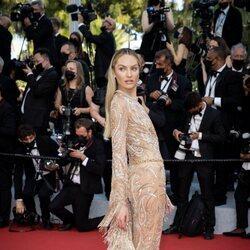 Candice Swanepoel en la alfombra roja del Festival de Cannes 2021