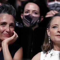 Jodie Foster con su pareja en el Festival de Cannes 2021