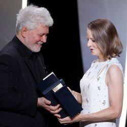 Pedro Almodóvar entrega la Palma de oro a Jodie Foster en el Festival de Cannes 2021