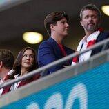 Federico de Dinamarca, Mary de Dinamarca y Christian de Dinamarca en el partido entre Inglaterra y Dinamarca en la semifinal de la Eurocopa 2020