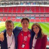 Federico y Mary de Dinamarca con su hijo Christian de Dinamarca en el partido entre Inglaterra y Dinamarca en la semifinal de la Eurocopa 2020