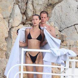 Bella Hadid, arropada por su novio con una toalla en la costa francesa