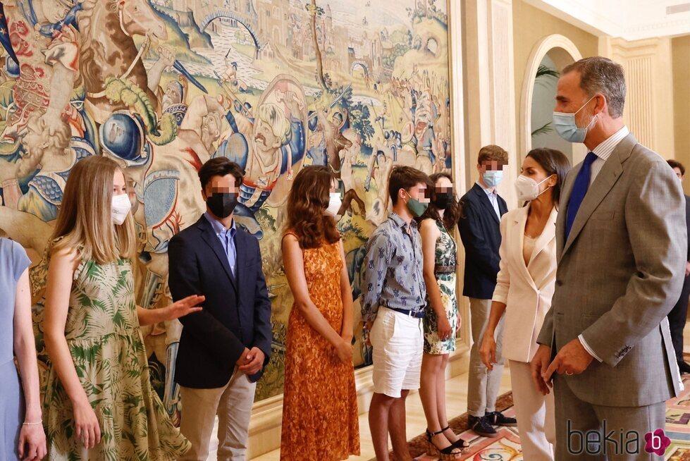 Los Reyes Felipe y Letizia saludando a la Princesa Leonor en una audiencia con el Patronato de la Fundación Comité Español de los Colegios del Mundo