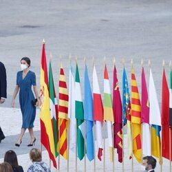 Los Reyes Felipe y Letizia presidiendo el acto homenaje por las víctimas de la pandemia en la Plaza de la Armería del Palacio Real