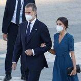 Los Reyes Felipe y Letizia acuden al acto homenaje por las víctimas de la pandemia en la Plaza de la Armería del Palacio Real