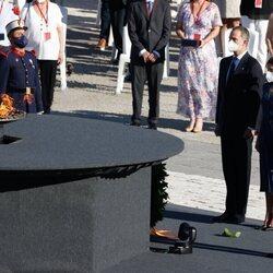 Los Reyes Felipe y Letizia rinden el segundo homenaje a las víctimas de la pandemia en la Plaza de la Armería del Palacio Real