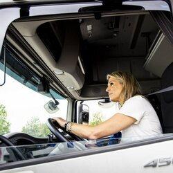 Máxima de Holanda conduciendo un camión en su visita a la empresa de Transporte y Logística E & R Training