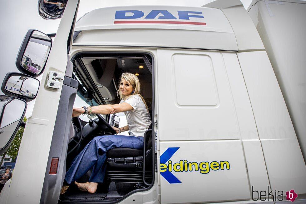 Máxima de Holanda montada en un camión en su visita a la empresa de Transporte y Logística E & R Training