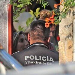 Paz Padilla hablando con la Policía en la puerta de su casa