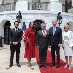 Joe y Jill Biden con los Reyes Abdalá y Rania de Jordania y el Príncipe Hussein de Jordania en la Casa Blanca