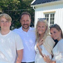 Haakon y Mette-Marit de Noruega con sus hijos Ingrid Alexandra y Sverre Magnus en un posado veraniego