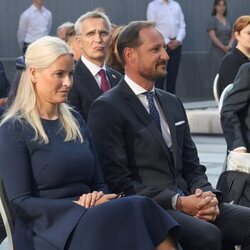 Haakon y Mette-Marit de Noruega en el homenaje por el décimo aniversario de los atentados de Oslo y Utøya