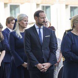 Haakon y Mette-Marit de Noruega junto a Erna Solberg en el homenaje por el décimo aniversario de los atentados de Oslo y Utøya