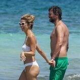 Juana Acosta y Charles Alazet en las playas de Ibiza