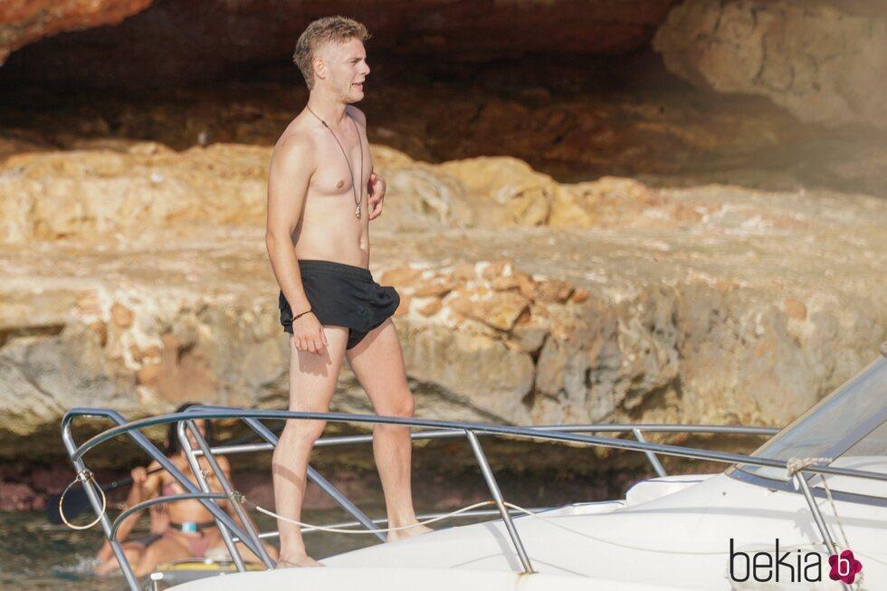 Patrick Criado con el torso desnudo en las playas de Ibiza