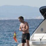 Patrick Criado con el torso desnudo en un barco en las playas de Ibiza