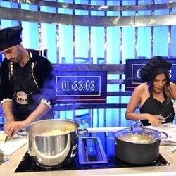 Isa Pantoja y Asraf Beno cocinando en 'La última cena'