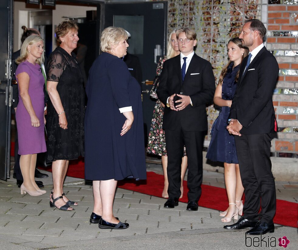 Haakon y Mette-Marit de Noruega y sus hijos Ingrid Alexandra y Sverre Magnus junto a Erna Solberg en el homenaje por el décimo aniversario de los atentados