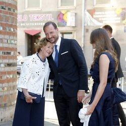 Haakon de Noruega, muy cariñoso con Sonia de Noruega en presencia de Ingrid Alexandra de Noruega en el homenaje nacional por el décimo aniversario de los a