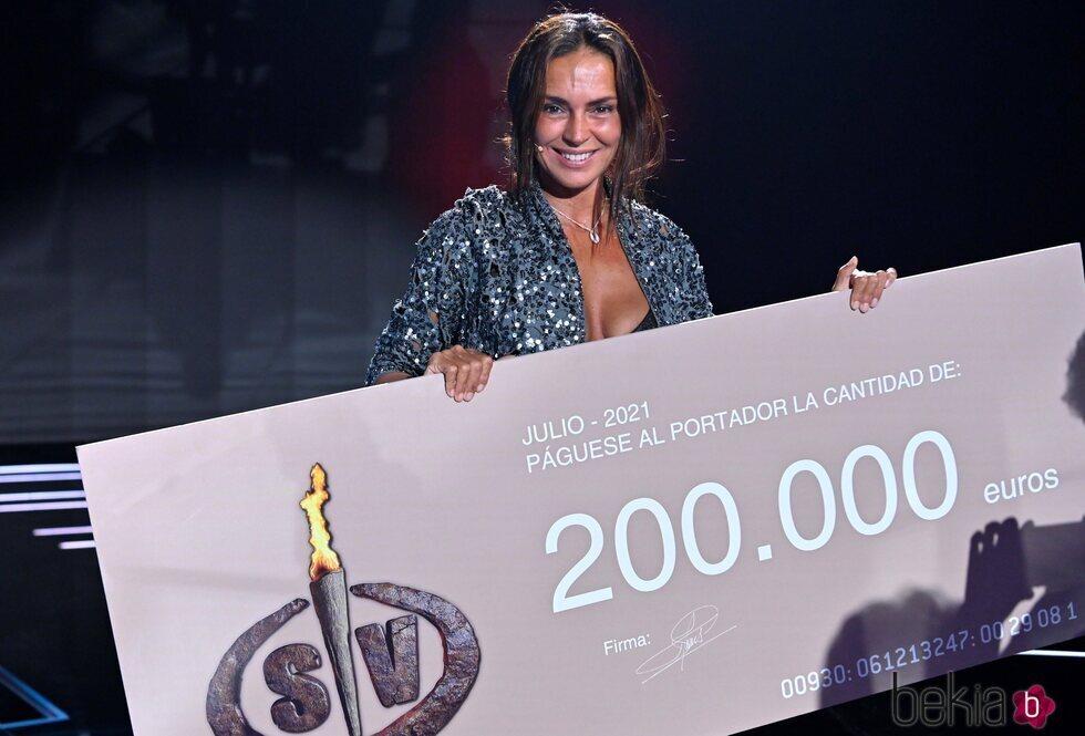 Olga Moreno con el cheque de ganadora de 'Supervivientes 2021'
