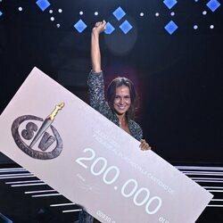 Olga Moreno, feliz con su cheque como ganadora de 'Supervivientes 2021'